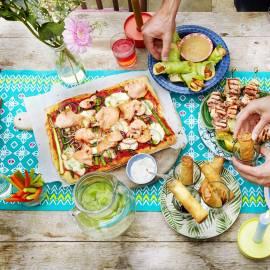 Plaatpizza met gerookte zalm, groene asperges en crème fraîche