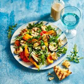Gegrilde groentesalade met knoflookcroutons en ansjovisdressing