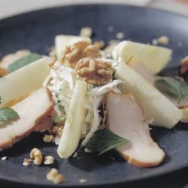 Knolselderijsalade met appel, gerookte kip en walnoten