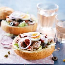 Salade Niçoise in een broodbol