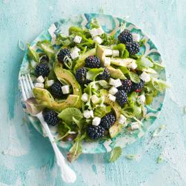 Groene salade met bramen, avocado en rodevruchtendressing