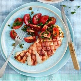 Gegrilde kipschnitzel met parmaham en tomatensalade