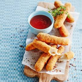 Mozzarellasticks met chilisaus