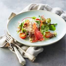 Doperwten-limoen-muntpuree met geitenkaas en rauwe ham