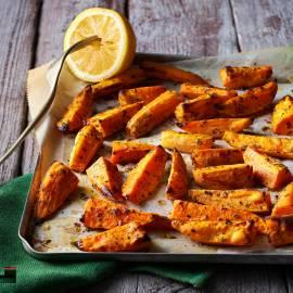 Zoete-aardappelwedges uit de oven met oregano en citroen