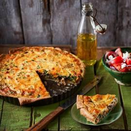 Hartige taart met zoete aardappel, rauwe ham en spinazie