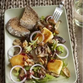 Maaltijdsalade met paddenstoelen en gebakken camembert