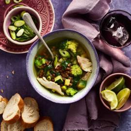 Heldere linzensoep met groene groenten en kip