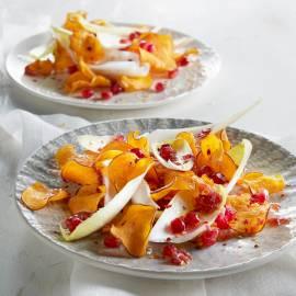 Witlofsalade met peperige zoete-aardappelchips en granaatappeldressing