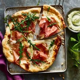Pizza bianca met rauwe ham en wasabi-mascarpone
