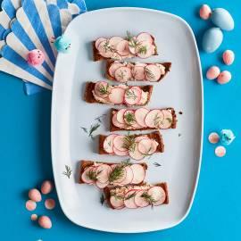Croutons met tonijnspread en radijs