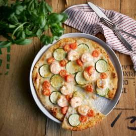 Vispizza met garnalen, courgette en tomaatjes
