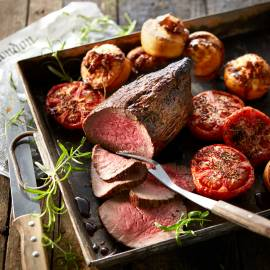 Roast beef met Yorkshire pudding en gepofte tomaten