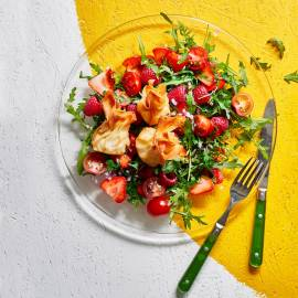 Salade met rood fruit en crispy geitenkaas
