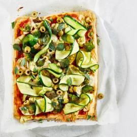 Plaatpizza met artisjok, broccoli, courgette en groene olijven