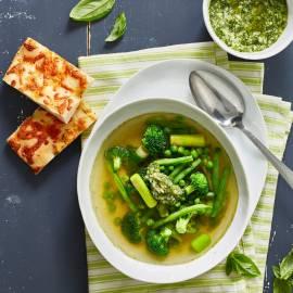 Minestrone met groene groenten en kruiden