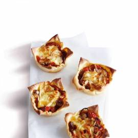 Minitaartje met zoete tomaatjes en brie