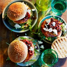 Zoete-aardappelburger met balsamico-ui en geitenkaas