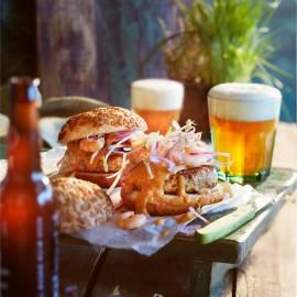 Surf & turf-burger met taugé en chilisaus