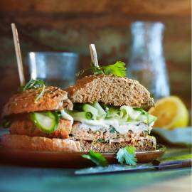 Tonijnburger met ingelegde komkommer en wasabi-mayo