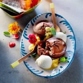 Warm chocoladecakeje met kokos, ananassaus en citroenijs