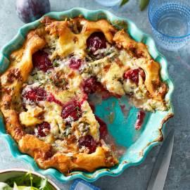 Hartige clafoutis met pruimen en blauwe kaas