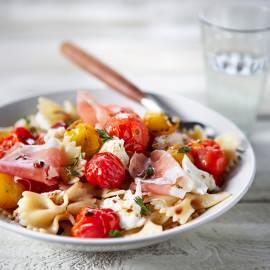 Pastasalade met ham, geroosterde tomaatjes en mozzarella