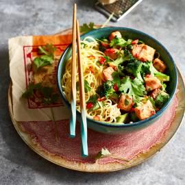 Mie met soja-gemberzalm en broccoli