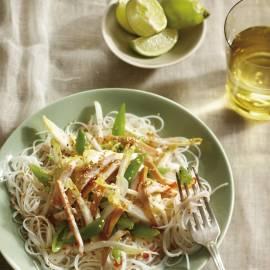 Oosterse salade met sugarsnaps, witlof, gerookte kip en sesamdressing