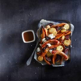 Braadworstjes met zoete aardappel, pastinaak en bietjes