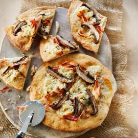 Portobello-pizza met pancetta en gorgonzola