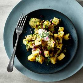 Lauwwarme aardappelsalade met rode ui
