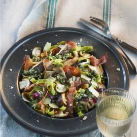 Pasta met bospaddenstoelen en rauwe ham