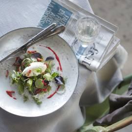 Salade met geitenkaasmousse, spekjes en frambozenvinaigrette