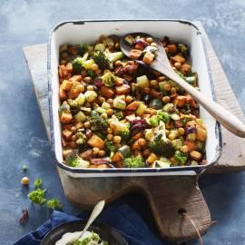 Geroosterde zoete aardappel met kruidige groenten en kikkererwten