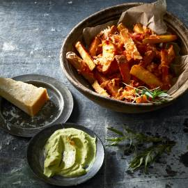 Dikke friet met Parmezaanse kaas en dragon-avocadomayonaise