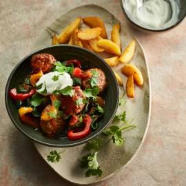Indiase gehaktballetjes met aardappeltjes, yoghurt en koriander