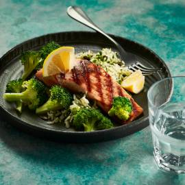 Gegrilde zalm met broccoli en kruidenrijst