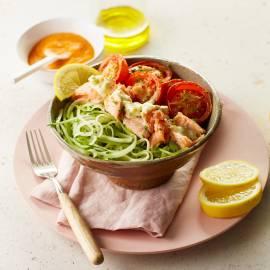 Komkommerspaghetti met zalm en tomaat