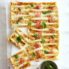 Bladerdeegtaart met asperges, ham en basilicum
