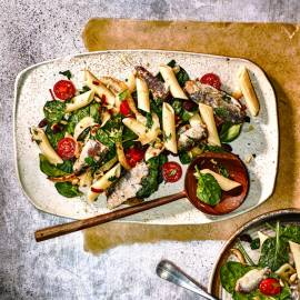 Siciliaanse pastasalade met sardientjes en rozijnen