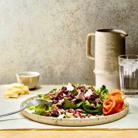 Bietjes-quinoasalade met Caesardressing en gerookte zalm