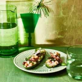 Gevulde komkommer met hummus en runderreepjes