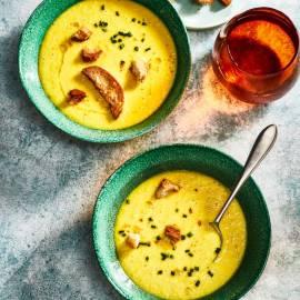 Gele paprikagazpacho met kaascrostini