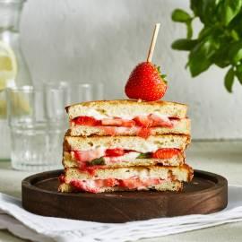 Aardbeien-pantosti met roomkaas en basilicum