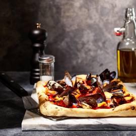 Plaatpizza met mosselen en ansjovis