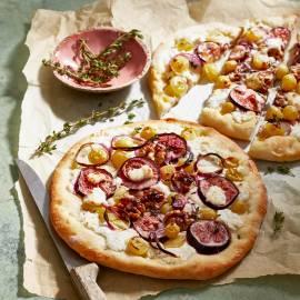 Pizza bianca met druiven, vijgen, geitenkaas en walnoten