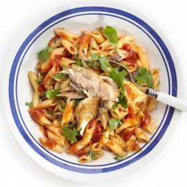 Pittige pasta met tomatensaus en makreel