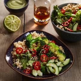 Gestoomde broccolisalade met quinoa en sesam-avocadodressing