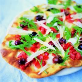 Pizza met olijf, tomaat, rucola, Parmezaan en mozzarella